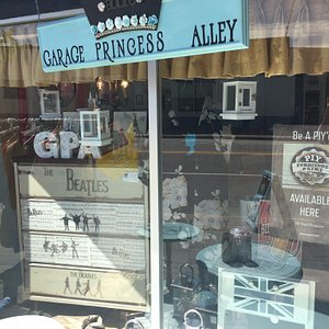 Fun little store to visit.  Refinished furniture, gifts, chalk paint workshops, Kids Craft Class