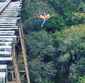 Salto bungee en Suesca de 40 metros, esto no es un resorte horizontal es BUNGEE JUMPING :D