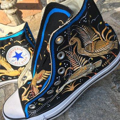 Converse pintadas a mano por ceramistas mexicanos