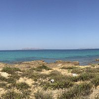 Foto di isola lunga situata in mezzo alla riserva dello stagnone, con foto delle saline .