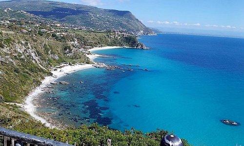 Costa degli Dei è il nome con cui è stata battezzata un tratto di costa del Tirreno meridionale
