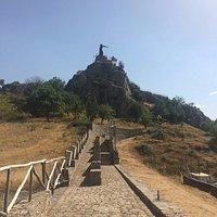 La stradina che porta in cima al monumento