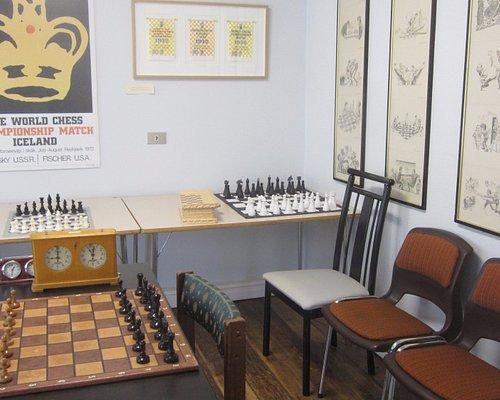 Salle d'échecs, caricatures Fisher/Spassky, chaise de Bobby Fisher, vidéos documentaires en bouc