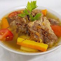 Sop Buntut dengan daging dan sayuran segar pilihan