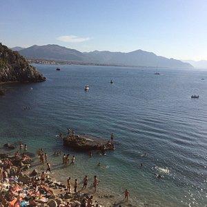 Panorama dall'alto lungo la discesa alla spiaggia, attraversando le poco segnalate, ma ormai pre