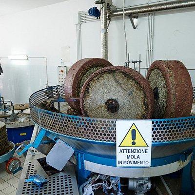 Produzione e vendita in Frantoi dell'Olio Extravergine artigianale di Alberobello