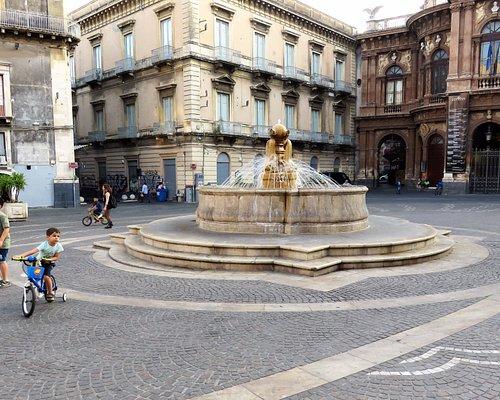 """Катания. Фонтан """"Дельфины"""" на площади Беллини."""