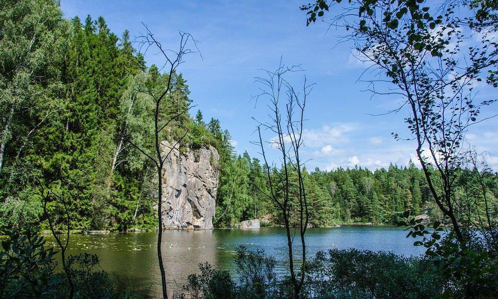 I Svartedalen finns vackra sjöar att bada i.
