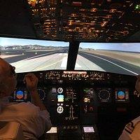 Superbe simulateur avec copilote extra. Deux heures aux commandes d'un F16 et d'un A320. À faire