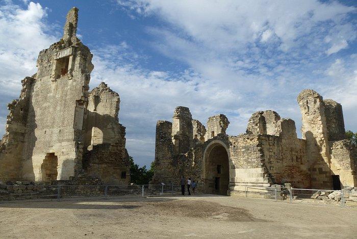 Aperçu de quelques restes du château et accès à la galerie
