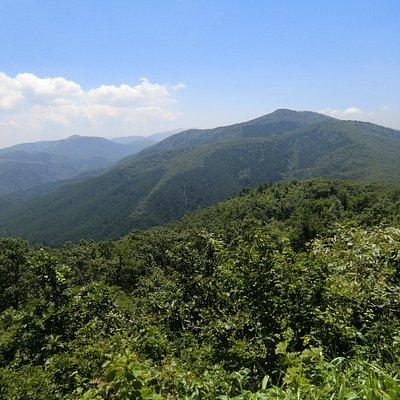 山頂から見る臥竜山など西中国山地の山々