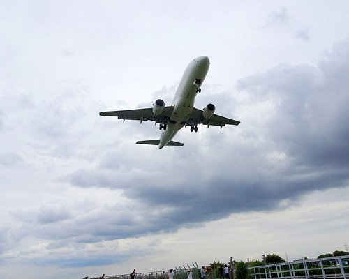 進入灯橋を通過する旅客機