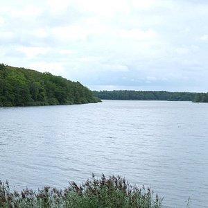 Uitzicht op het meer vanuit vogeluitkijk