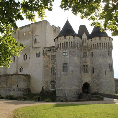 Arrivée devant le châteauSaint-Jean et le musée.