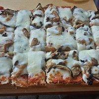 Bruschetta con pomodoro, mozzarella fior di latte, porcini e tartufo + aggiunta di melanzane