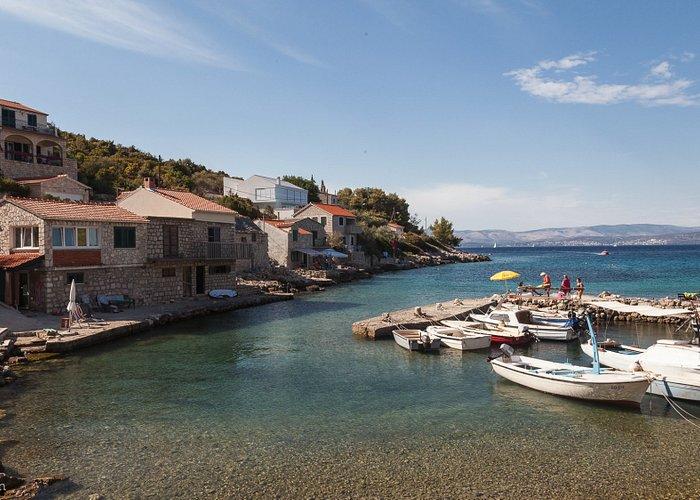 Het gehucht Rogac op het eiland Solta met klein haventje en uitzicht op Split.