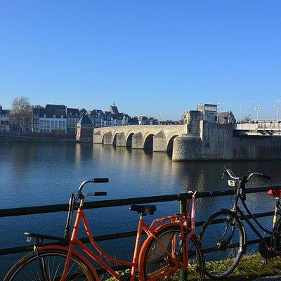 De St. Servaasbrug, de oudste brug. Zeker even overheen lopen.