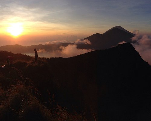 Explore Mount Batur in the morning, with stunning sunrise views. 👌