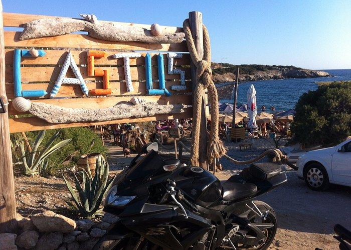 Ο εξωτερικός χώρος του Castus beach bar.