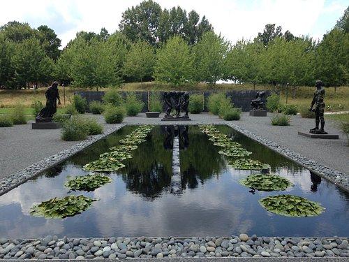 Un des jardins avec des sculptures de Rodin, très zen.