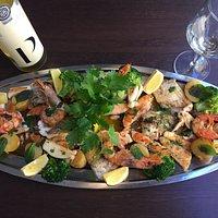 mista peixe para dues pessoes(salmao,dourada,peixe espada,camarão,batata murro,e brócolos)