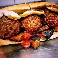Ecco a voi la nostra specialità panino con le polpette provola fusa e melanzane al pomodoro...