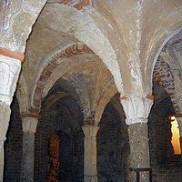 Volte della cripta di Sant' Eusebio ed i suoi caratteristici capitelli Longobardi.