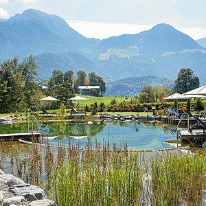 Der Naturbadesee (800 m²) inmitten der Berchtesgadener Alpen