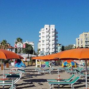 La vista dei colori, che risaltano , con l'Hotel Bianco in sottofondo..
