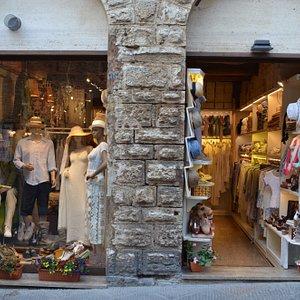 Entrata e vetrina del negozio