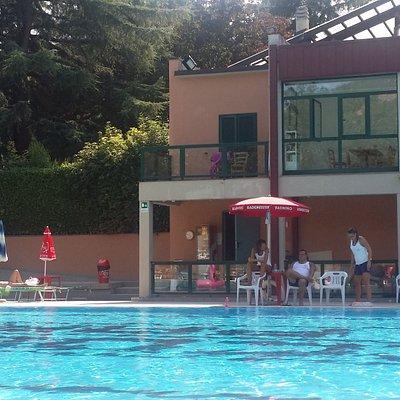 Bella piscina pico fuori città