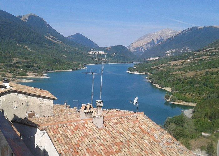 veduta del lago di Barrea dal borgo medievale