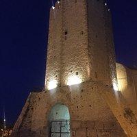 La torre vista dalla piazza