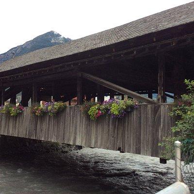 橋の外観。お花が飾られて可愛らしい