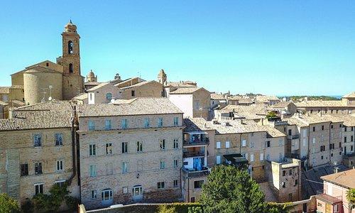 Veduta aerea della facciata rivolta verso il mare e le colline