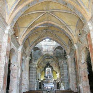 Chiesa di San Pietro XI sec. a Cerano (Novara) navata centrale di tre