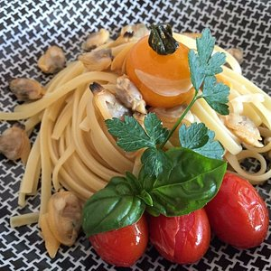 Linguine, clams, yellow & red cherry tomatoes, fresh herbs
