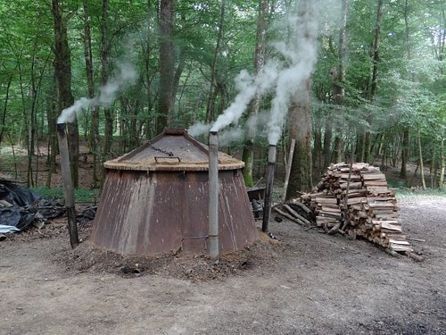 Fabrication du charbon de bois dans un four métallique