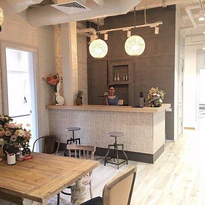 В баре можно освежиться натуральными смузи и вкуснейшим свежесваренным кофе
