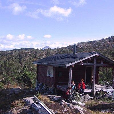 Blåfjellstua, ligger i et område der landskapet åpner seg og  det er fin utsikt mot fjord og fje