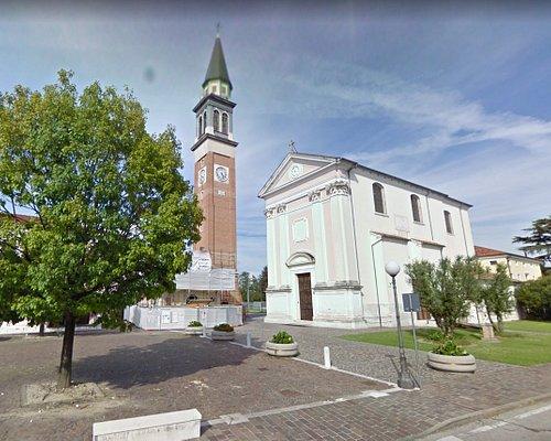 Sulla sinistra la Scuola Materna, al centro la piazza e sulla destra la Chiesa