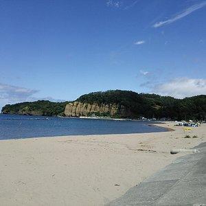 初めて過ごす北国の夏。北海道にも海水浴があることに驚きながら、いくつか巡ったなかで、こちらのビーチは砂浜の色が明るく、遠浅で波穏やかで、いちばん気に入りました。 ビキニ姿の女性客も意外と多くて