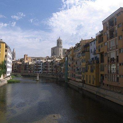 Wspaniały kamienny most łączący nową Gironę z jej średniowieczną częścią.