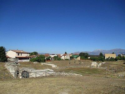 I resti dell'anfiteatro di Marruvium