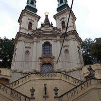 De kerk vanaf de straat