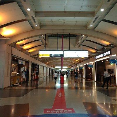 板橋車站的地下通道及兩旁的餐廳