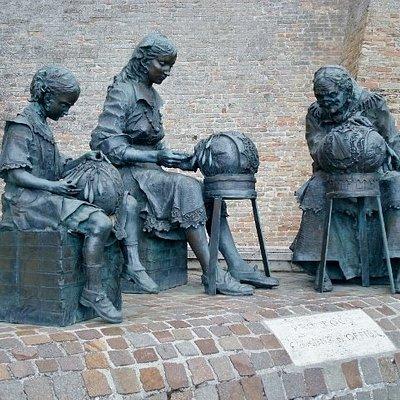 Monumento alle Merlettaie, di Aldo Sergiacomi