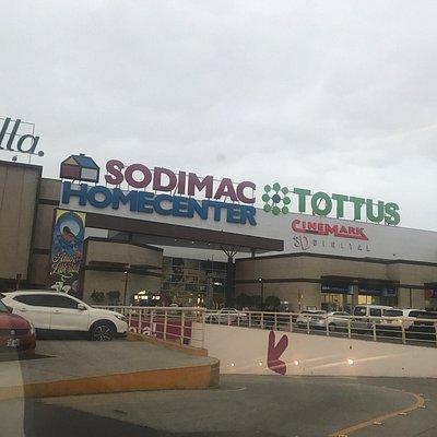 Un mall tranquilo, sin mucha gente y tiene buenas tiendas y estacionamiento amplio, no tiene muc