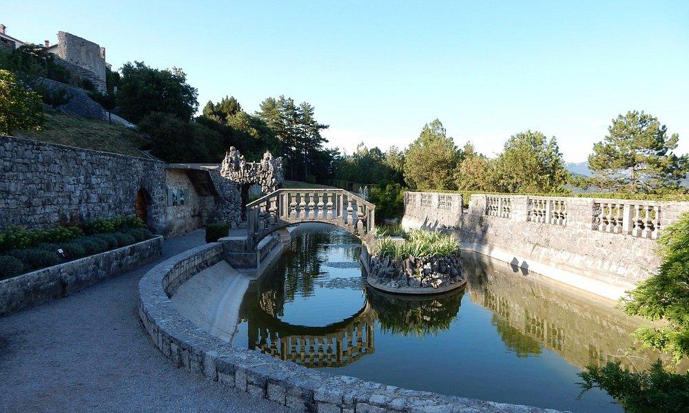 Il lago con l'isola e il ponte dei sospiri