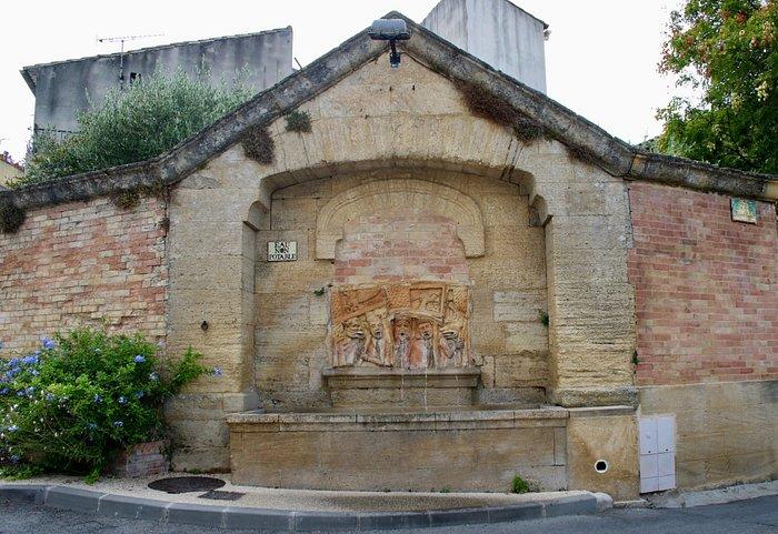Même la fontaine s'est habillée de céramiques